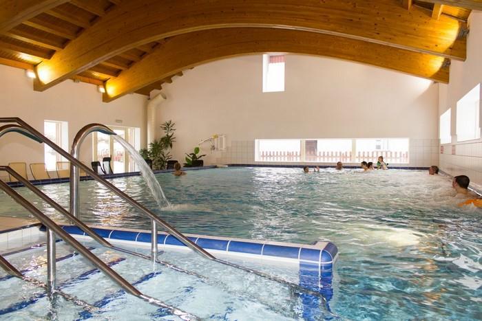 Relax ve vyhřátém bazénu Karlovy Studánky