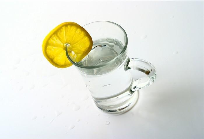 Voda s citrónem má blahodárné účinky