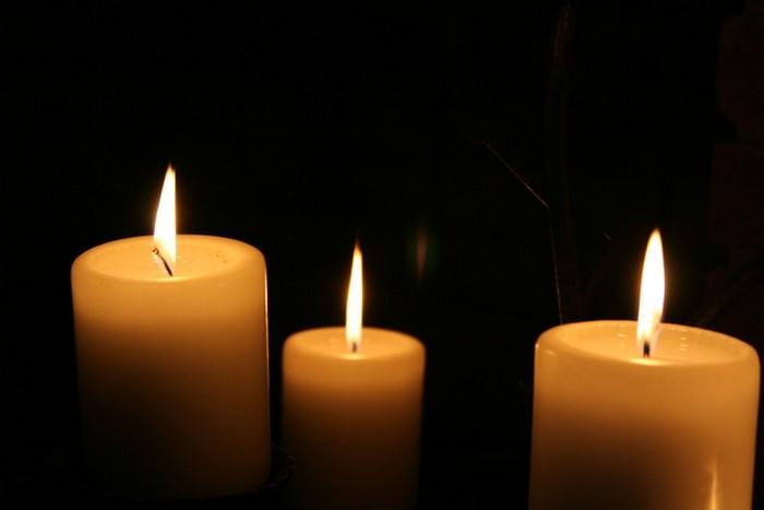 Stačí pár svíček, zachumlat se do deky a dát si horký čaj Stačí pár svíček, zachumlat se do deky a dát si horký čaj